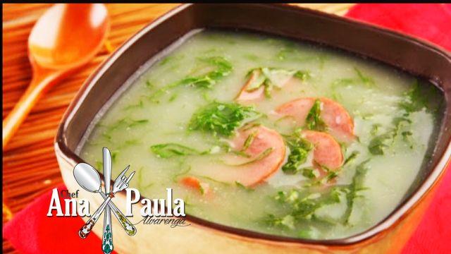 Fechando a semana com esta receita que ficará perfeita tanto no seu arraial quanto na sua mesa nos dias frios!!!! Caldo verde com linguiça! --------------------------------------- Ingredientes  3 dentes de alho 1 colher (sopa) de azeite de oliva 2 batatas médias 1/2 litro de água 1 colher (chá) de sal 2 xícaras de couve cortada fina 60 g de linguiça --------------------------------------- Modo de preparo  Amasse os dentes de alho e doure-o no azeite em fogo médio. Descasque as batatas e…
