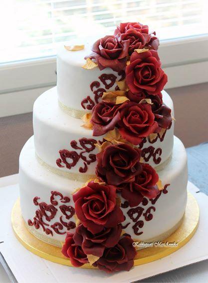 Hääkakku punaisin ruusuin