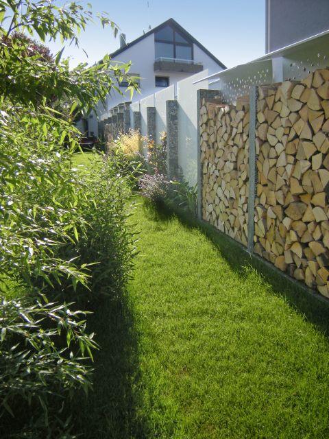 entlang vom Sichtschutz wechseln sich aufgeschichtetes Brennholz - garten pflanzen sichtschutz