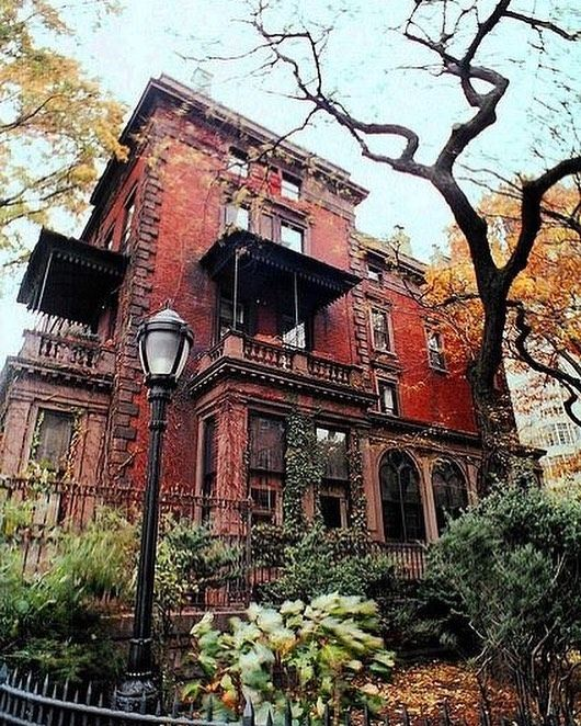 Check Out This Beautiful Mansion In Brooklyn Heights It S The Side View Of House That Was Used Movie Prizzi Honor Inbrooklyn
