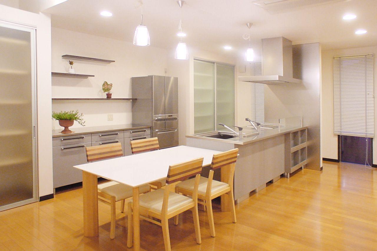 オープンキッチンとつながる横並びのダイニング キッチンデザイン ダイニング キッチン ダイニング
