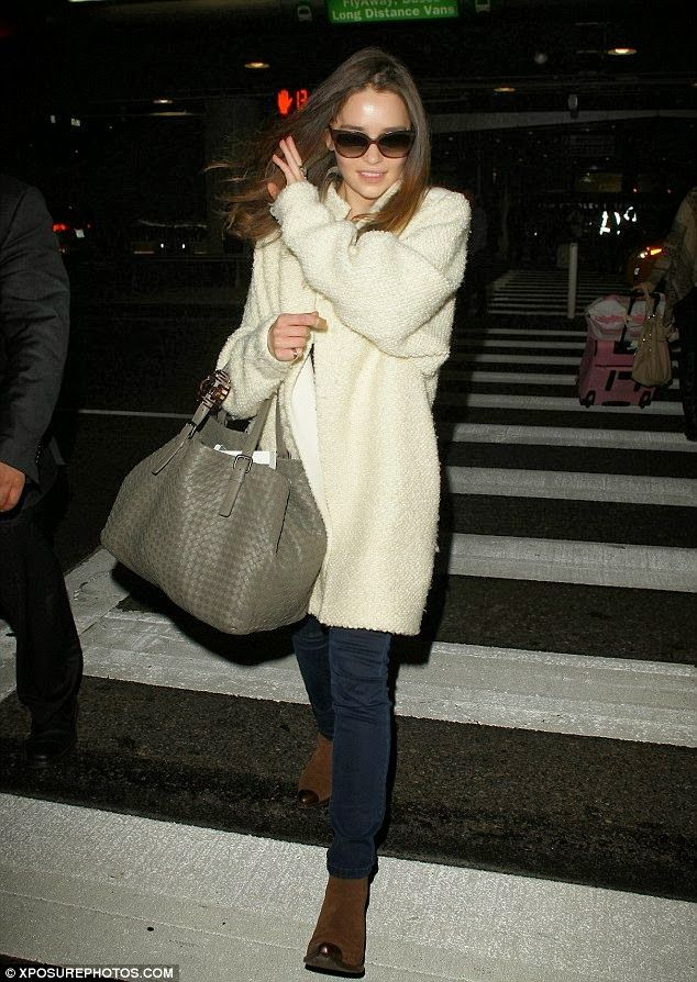Tenue de emilia clarke manteau boucl blanc jean skinny bleu marine bottines en daim marron - Tenue jean blanc ...