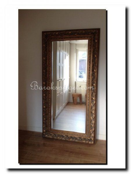 Grote barok spiegel antiekgoud tegen wand grote spiegels for Grote barok spiegel
