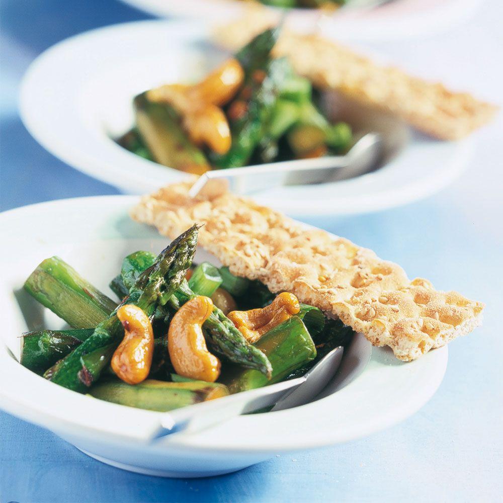 Roergebakken asperges met gember en noten