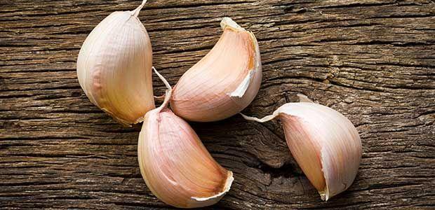 Saviez-vous qu'un composant de l'ail est toxique ? Croyant profiter de ses nombreux bienfaits, certaines personnes en consomment pourtant beaucoup