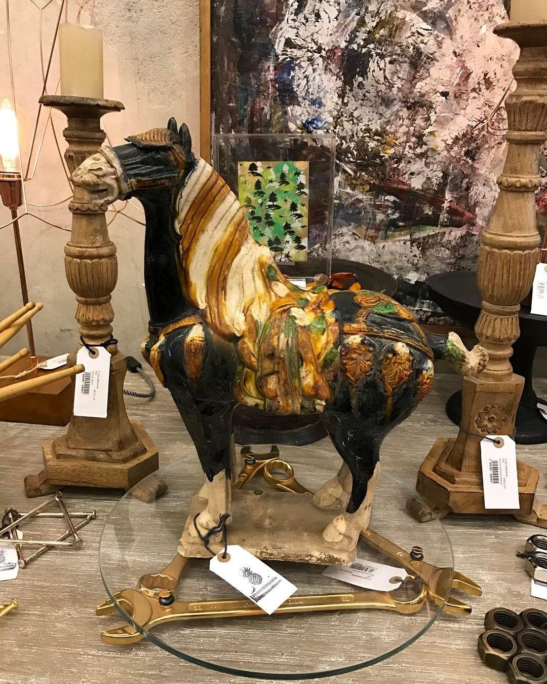 Lindo cavalo em porcelana.