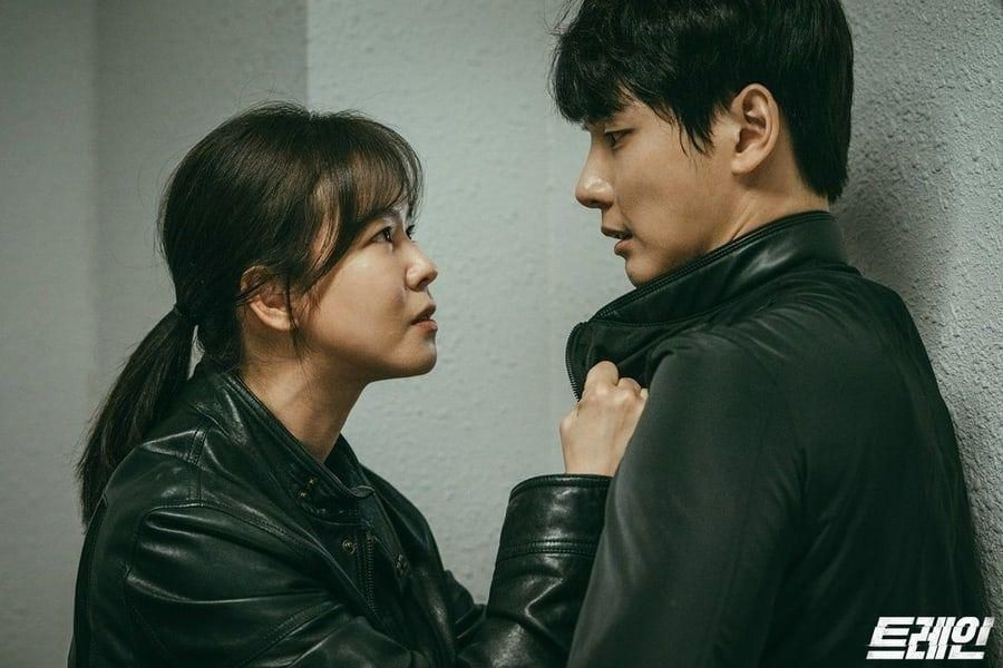"Kyung Soo Jin And Yoon Shi Yoon From Parallel Universes Have Tense Confrontation In ""Train"""