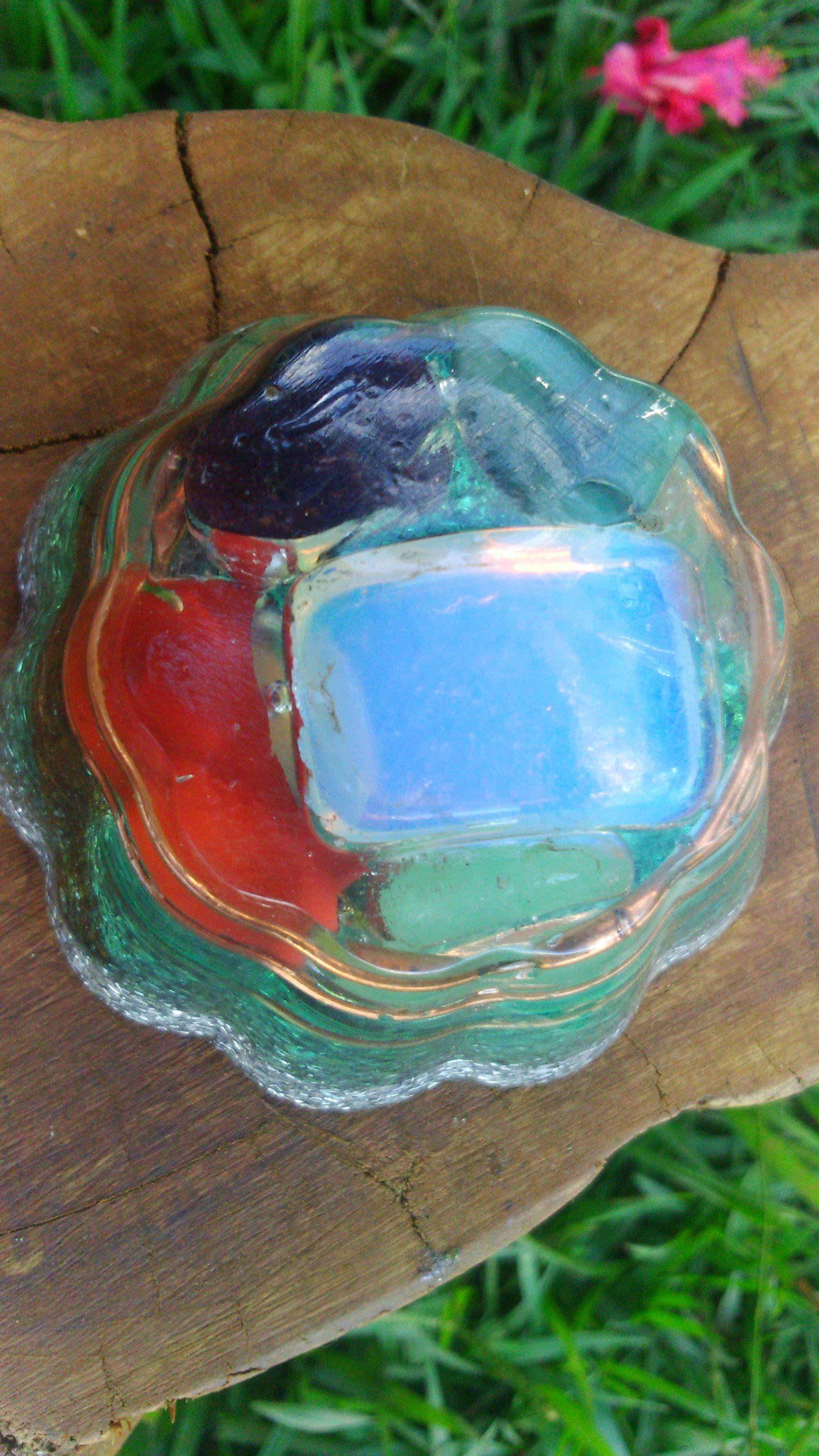As pedras e cristais pressionados sob a resina, criam um campo de forte vibração, potencializando suas propriedades .                 by OrgnIta