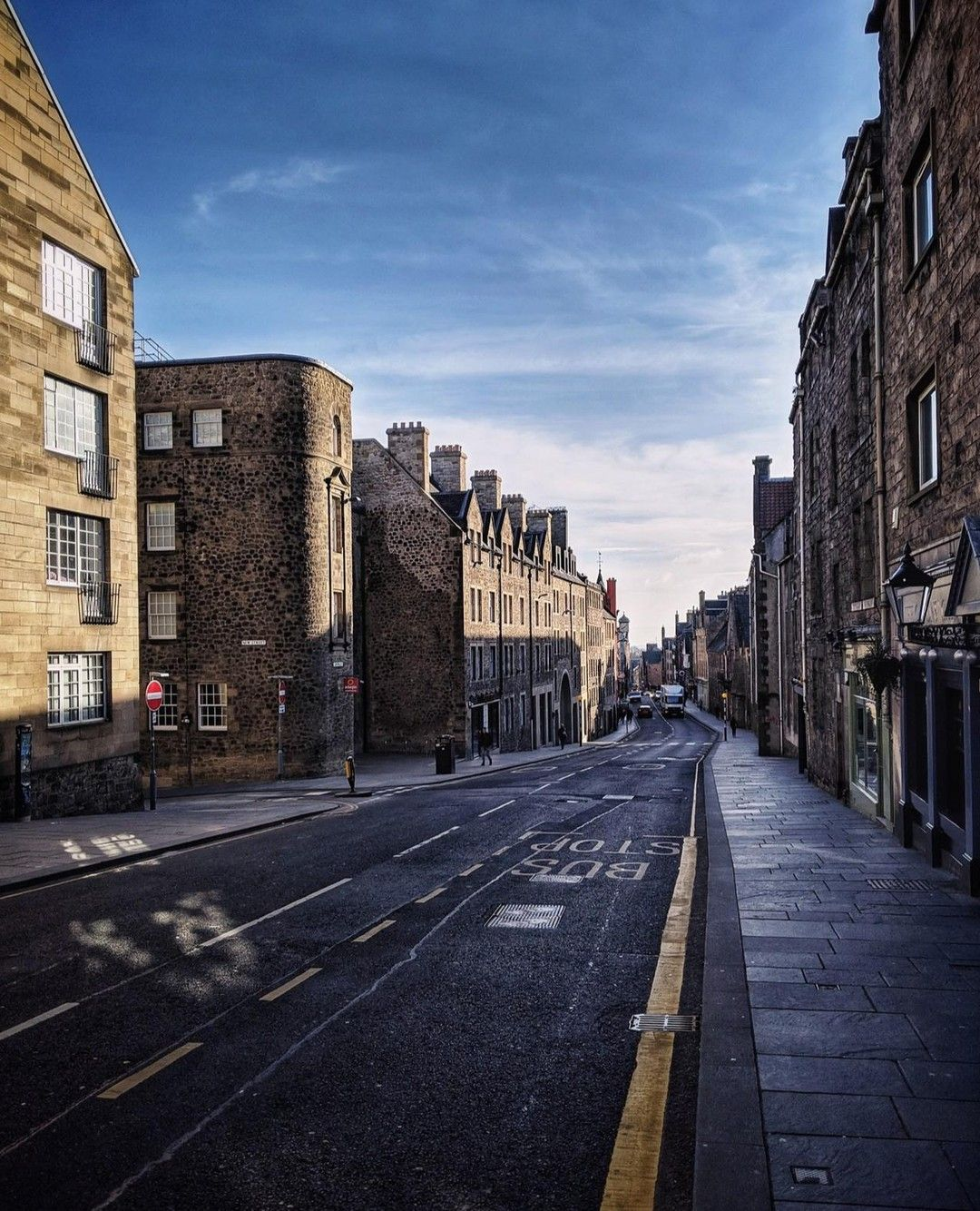  08.04.19  Can you guess the time this picture was taken? ---  This is the Royal Mile. The Mile connects the Edinburgh castle and the Holyrood Palace. As the distance between both is about one mile it is called