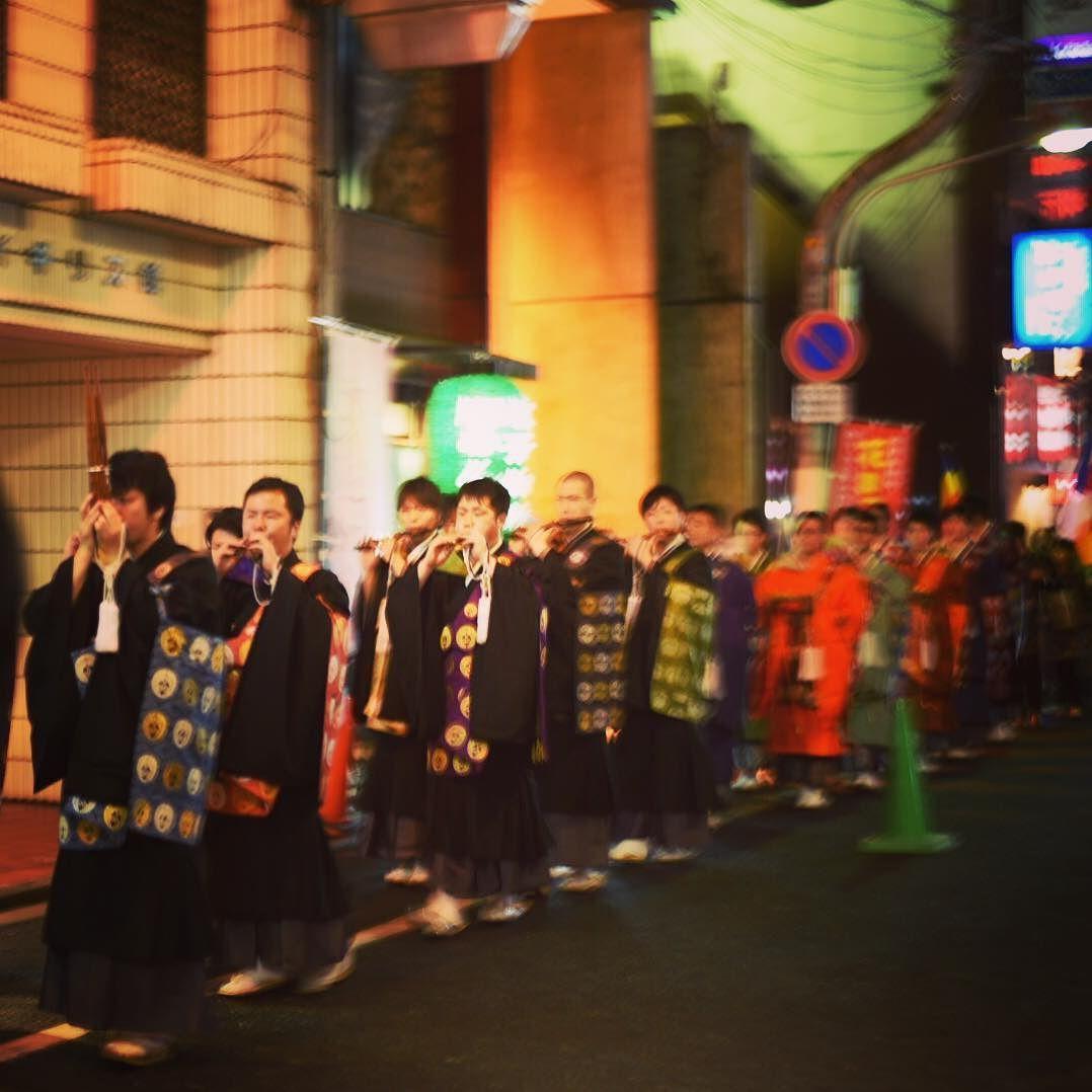 今日は花祭り 広島の歓楽街のには飲み屋さんと仏壇屋さんが軒を並べる仏壇通りという通りがあるのですが 今日はその通りをお坊さんがパレードするというなんともシュールなイベントをやっとりました #花祭り#お坊さん#パレード#お釈迦様#仏壇通り#シュール#お坊さん意外と歩くのが早い#写真が間に合わない#ピントが合わない#どこにもピントが合ってない#japan#japaneseculture by irikuyirom