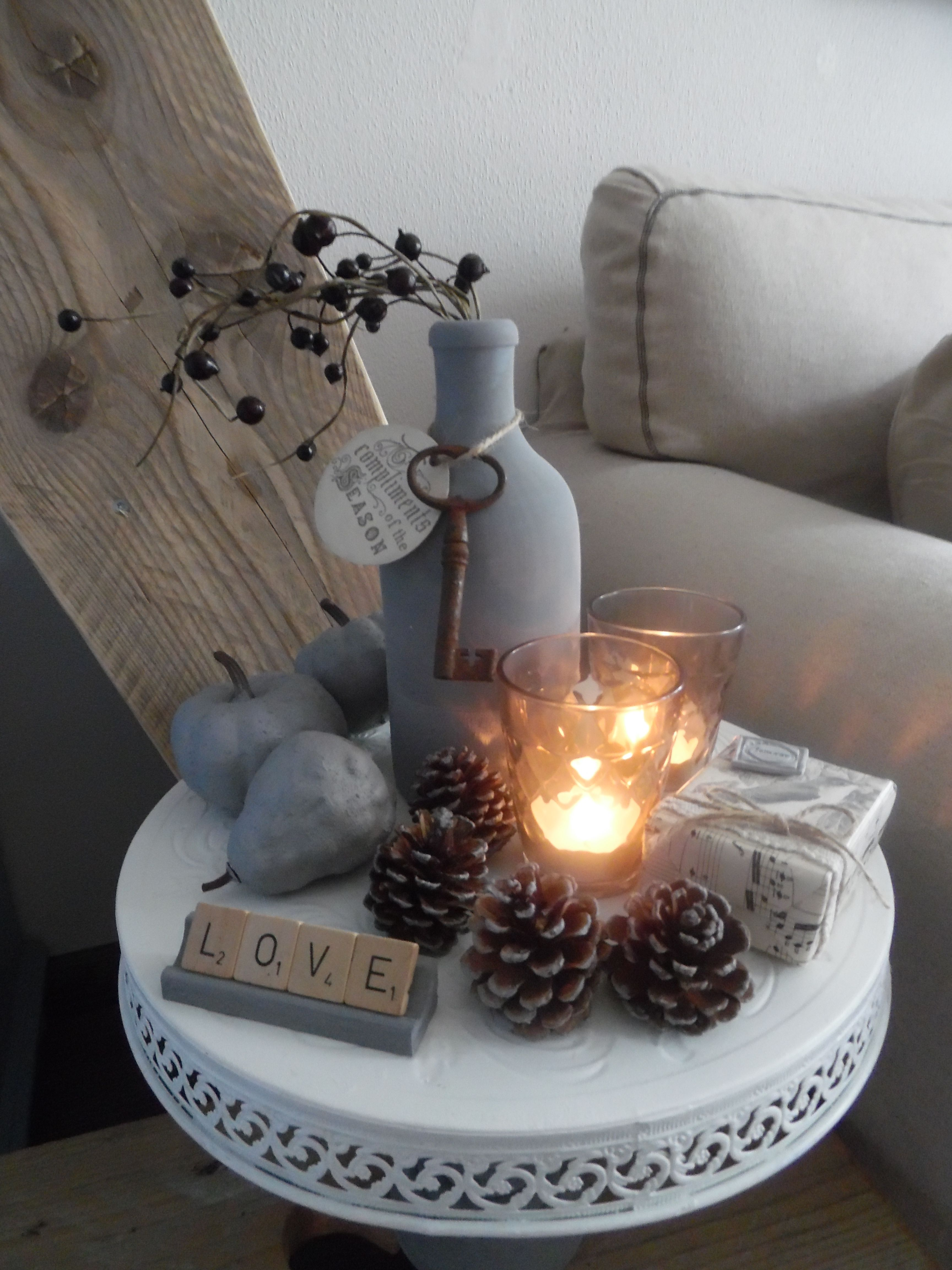 een sfeerstukje op een etagere gemaakt van een kandelaar en een dienblad dekoration. Black Bedroom Furniture Sets. Home Design Ideas