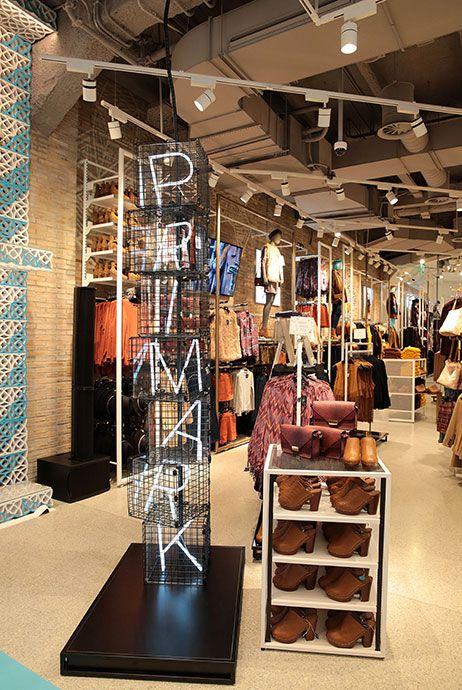Un Tour Por La Tienda Gran Vía Consejos De Estilo Tiendas De Ropa Diseño De Salón De Belleza