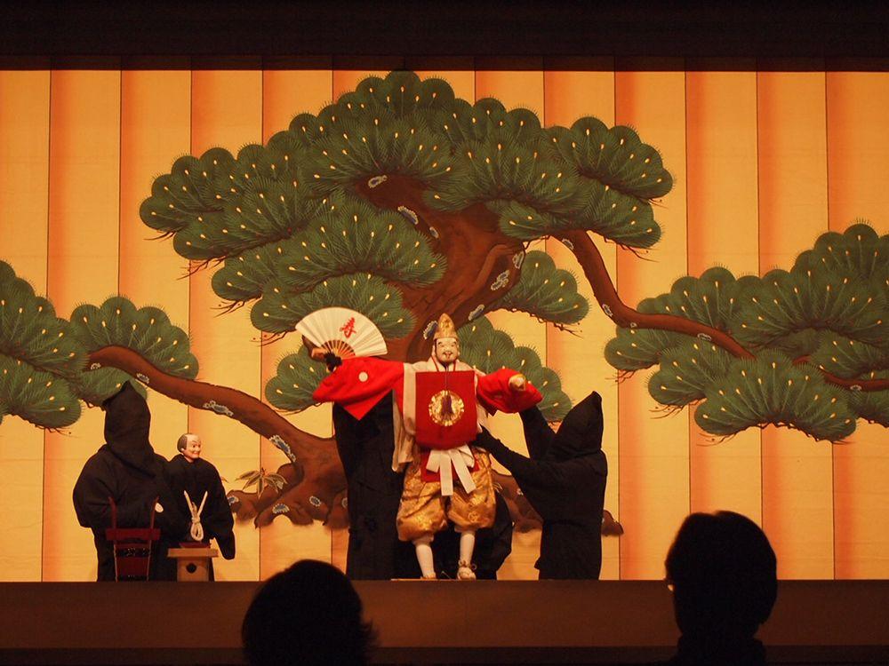 淡路人形浄瑠璃は500年の歴史を誇る淡路島を代表する伝統芸能で、国の重要無形民俗文化財にも指定されています。最盛期の18世紀初めには大小40以上の様々な人形座がありましたが、明治以降に多くの座が消えました。1964年に郷土芸能を守るために発足し、吉田傳次郎座の道具類を継承して公演をしているのが「淡路人形座」です。人形芝居の雰囲気が感じられる劇場で、昔から庶民の娯楽として楽しまれてきた親しみやすさと、情感たっぷりの語り、重厚な太棹三味線、一体の人形を3人で操ることで生まれる高い表現力をお楽しみください。 http://awajiningyoza.com/ningyoza/ #Hyogo_Japan #Setouchi