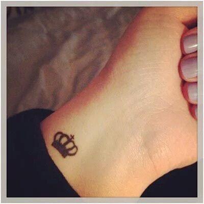 Imagem De Tattoo Crown And Queen Tattoo Tattoos Wrist Tattoos