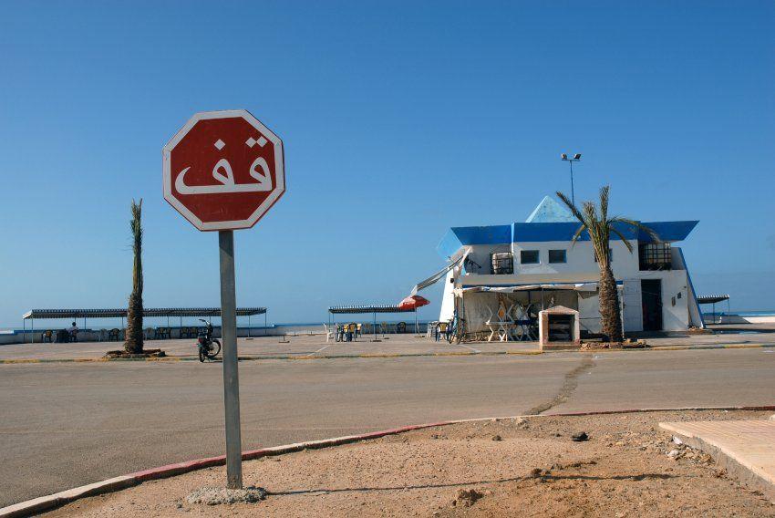 Tan Tan Plage, Morocco Alexandra Grossmann Stoppschild in der Einsamkeit