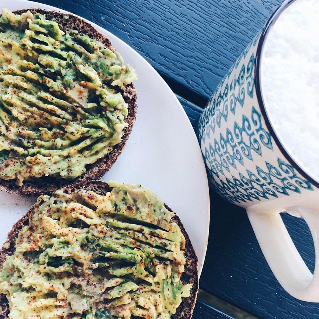 https://www.instagram.com/p/BIfTJccD1F4/ Lägger upp bilden här också  Idag känner jag mig svag, som om något lurar i kroppen. Kan vara en förkylning på gång eller så är det bara tecken på vila. Drack kaffe och åt avokadomackor som en tycker-synd-om-mig-själv-måltid. Gott var det. Innan det åt jag caseinpudding och jordnötssmör. Det var ännu godare XOXO läs mig blogg #sweden macka #gains mackor #love avokado #coffee #wargpower #restday