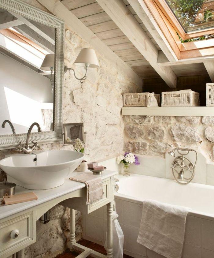 salle de bain avec mur en fausse pierre et plafond sous pente avec fenetre grande