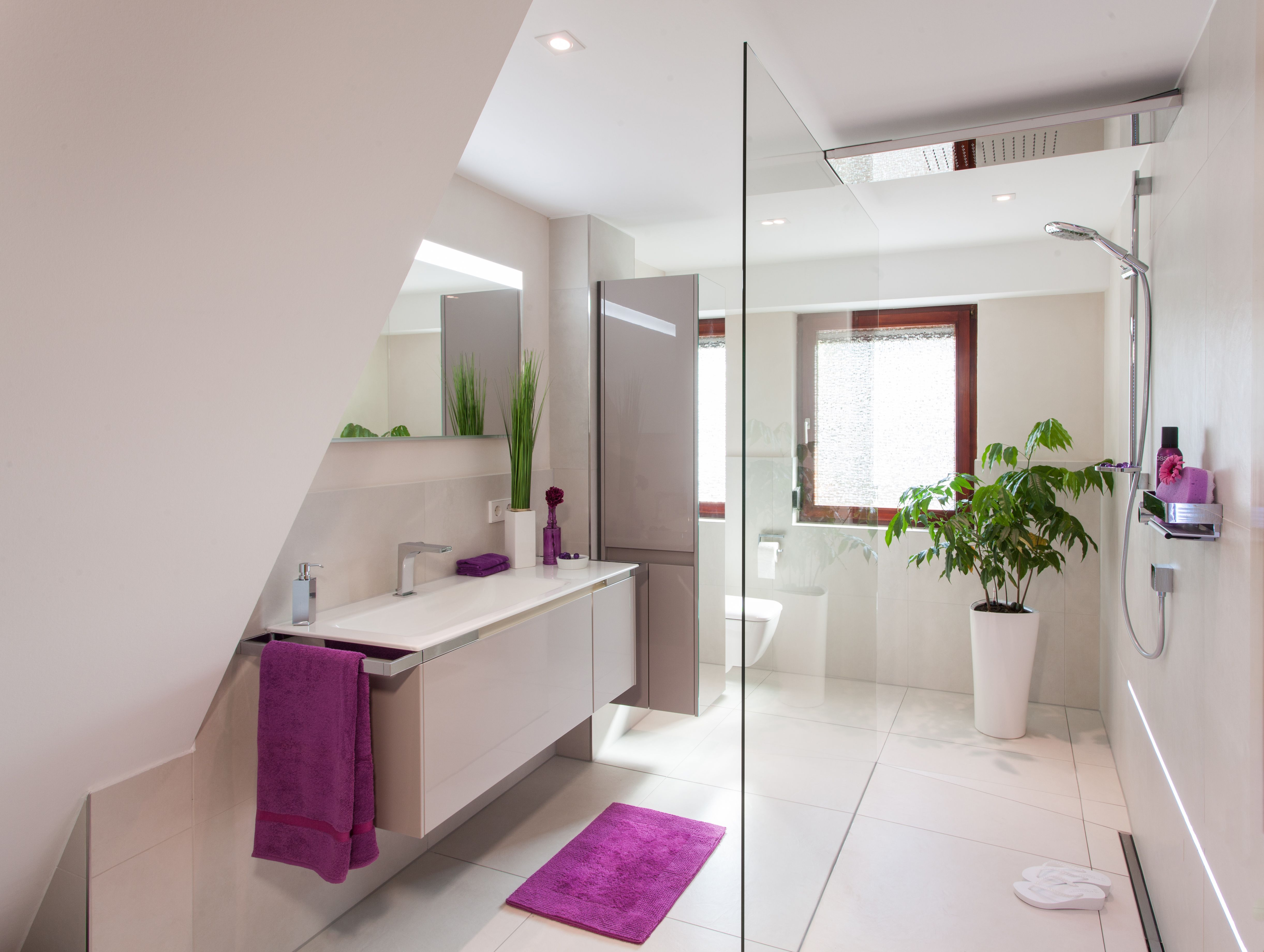 gro formatige fliesen in beige und eine offene dusche lassen den raum gr er wirken. Black Bedroom Furniture Sets. Home Design Ideas