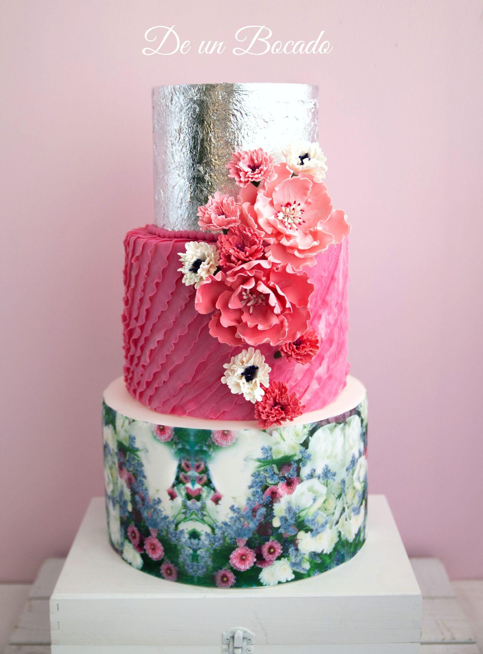 Silver wedding cake with pop of pink on satinice de un bocado