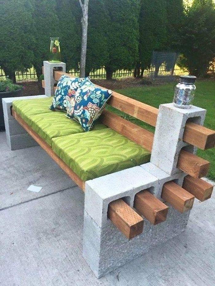 Gartenbank Aus Grauen Pflanzssteinen Und Holz Mit Grunen Und Blauen Kissen Gartenmobel Selber Outdoor Bench Seating Backyard Seating Backyard Seating Area
