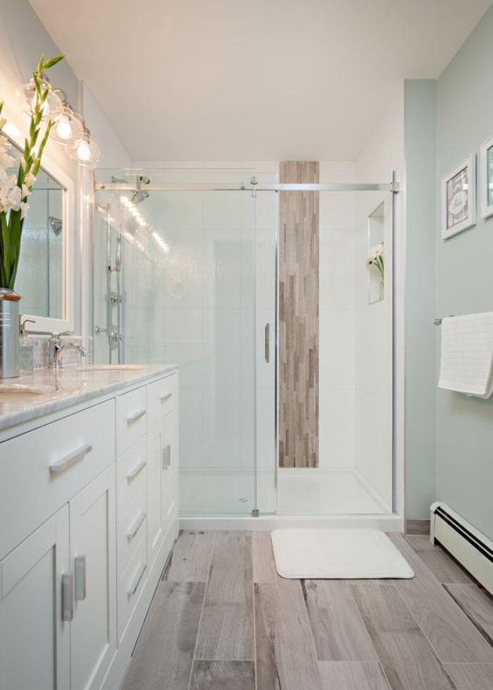 carrelage-imitation-bois-dans-salle-de-bain-blanche Salle de bain