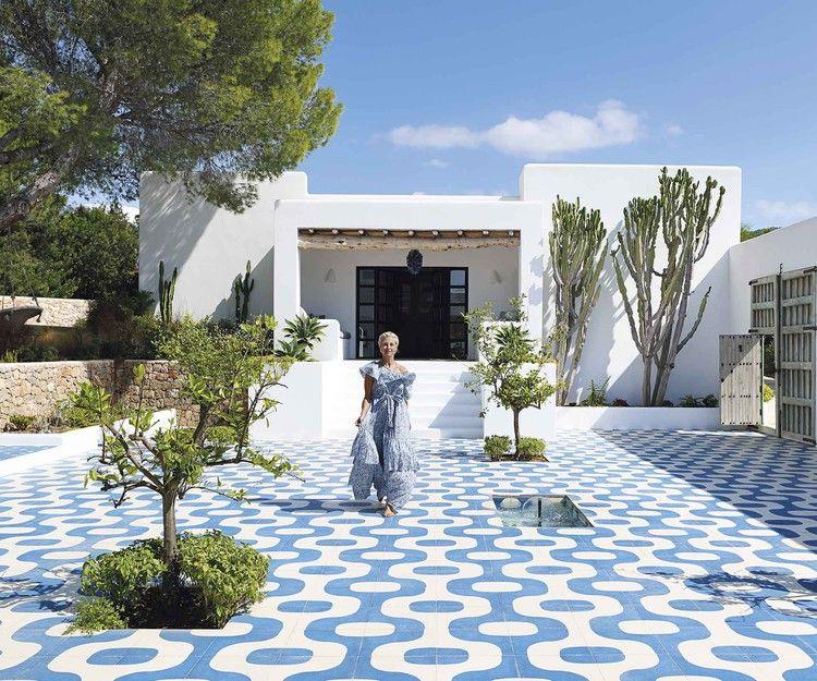 A Modern Mediterranean Style Beach House In Ibiza Homes To Love Modern Beach House Mediterranean Homes Exterior Luxury Beach House