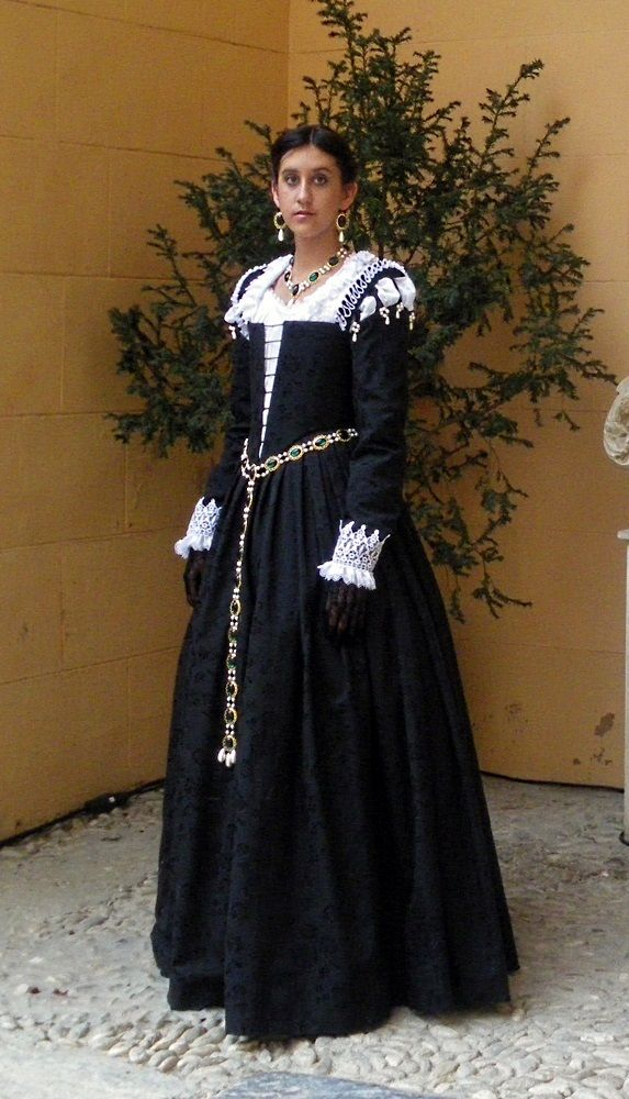 774551e632d21 16th century costume, black Venetian Renaissance gown | Venetian ...