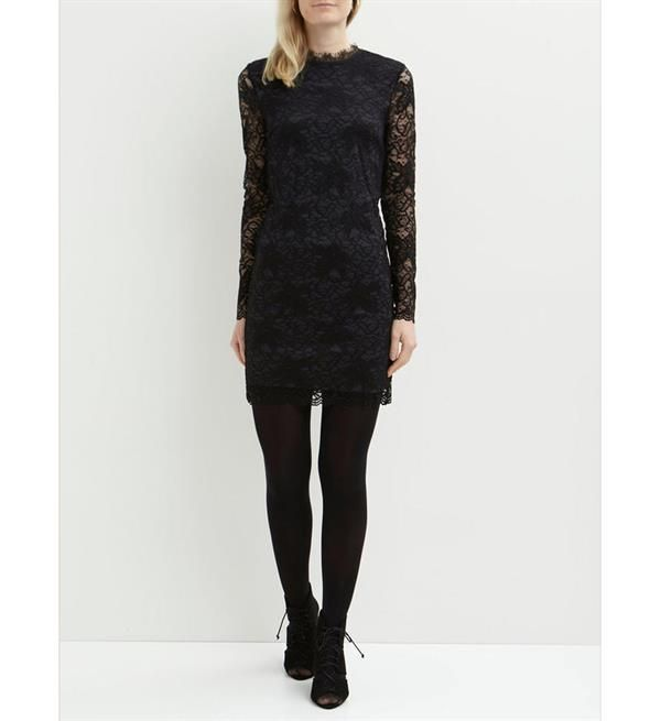 a15765cb6a5294 Vila jurk van kant model Piatri. Deze kanten jurk heeft lange mouwen en is gedeeltelijk  gevoerd.