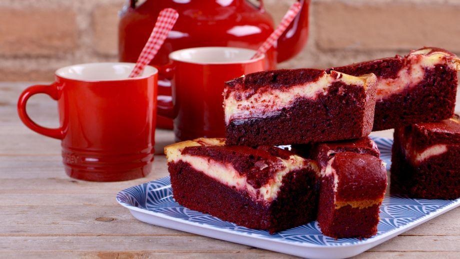 Receta de reposter a paso a paso de brownie de red velvet y cheesecake un bizcocho rojo - Canal cocina alma obregon ...