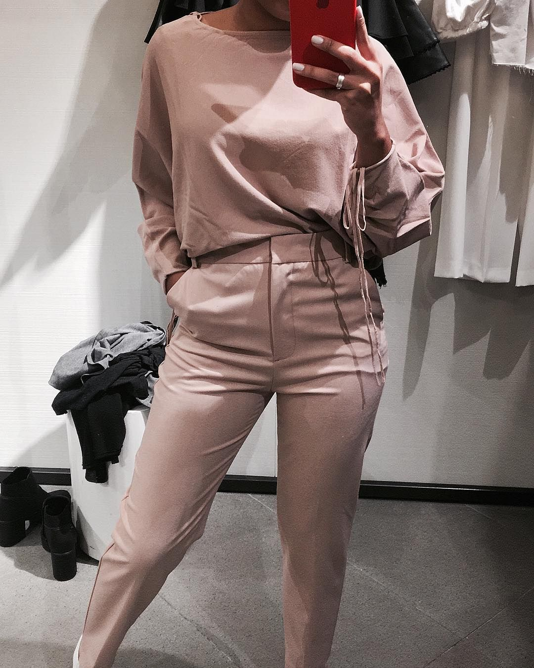 b16f366b8634 Invadi o provador da Zara Brasil e rolou fotinho sim com as roupa da loja  hahahahhahaha quem nunca?! No caso comprei a calça gostaram?