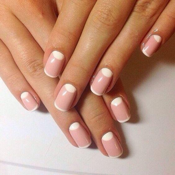 Нежно розовый французский маникюр с короткими ногтями