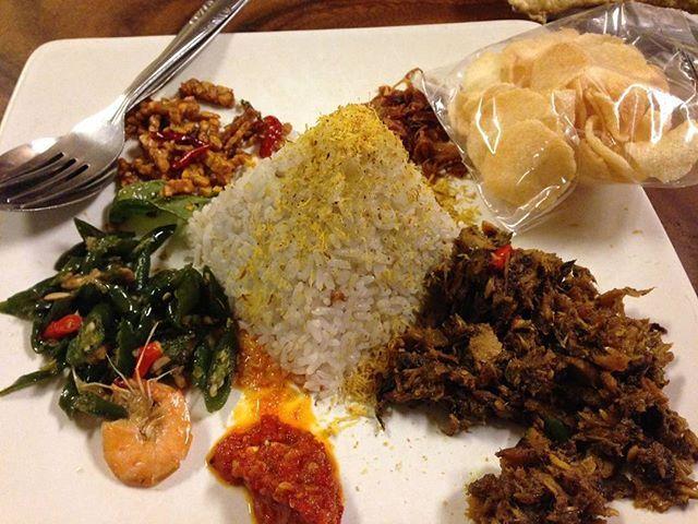 Nasi gurih keumamah. Nasi gurih ini salah satu makanan khas medan, aceh. Kalo di aceh suka dimakan pas lagi sarapan. Penampakannya kaya nasi uduk, tapi rasanya lebih banyak kerasa bumbu. Keumamah itu ikan tongkol yang dibumbui masak kering. Kalo  yang pernah rasain nasi lemak, mirip mirip rasanya. Btw rasa nasi gurih di jambo kupi kaya di sp surabaya banda aceh. #foodlovers#foodporn#makanankhasaceh  Yummery - best recipes. Follow Us! #foodporn