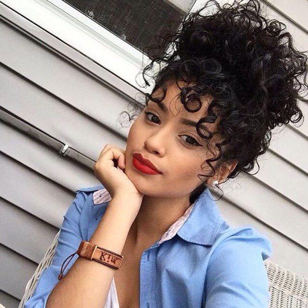 fille avec cheveux bouclés | curly hair styles, curly bun