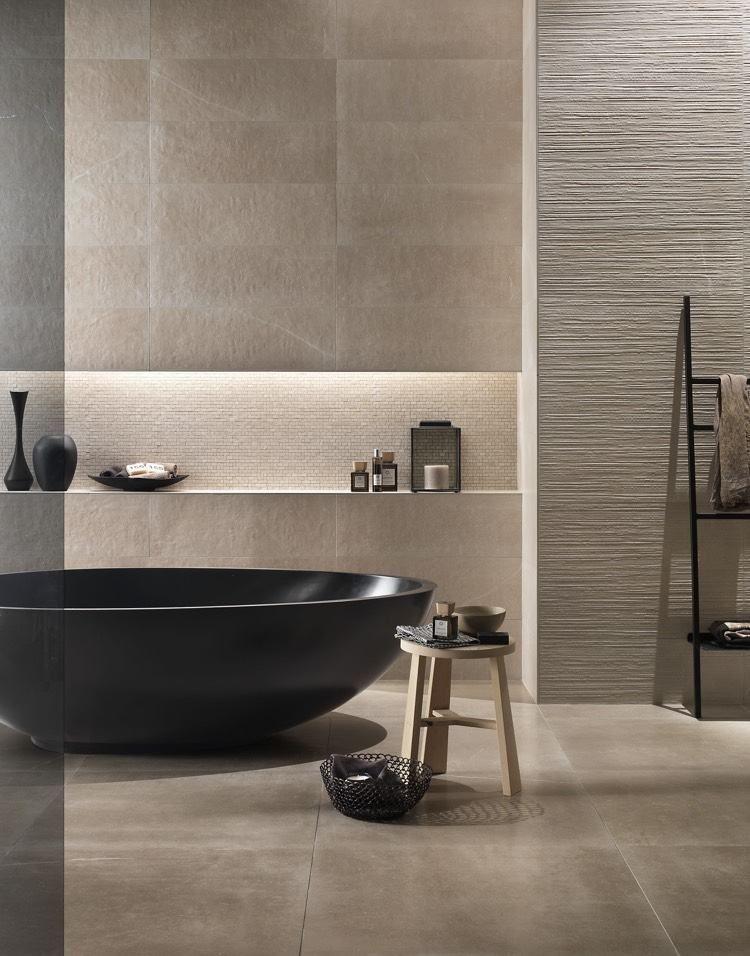 salle de bain ambiance zen avec une baignoire îlot noire ...