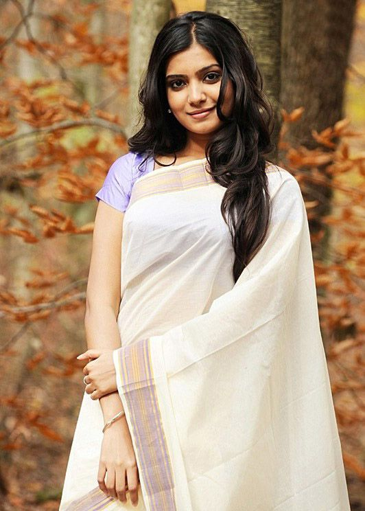 Samantha lovely in a simple off-white saree.