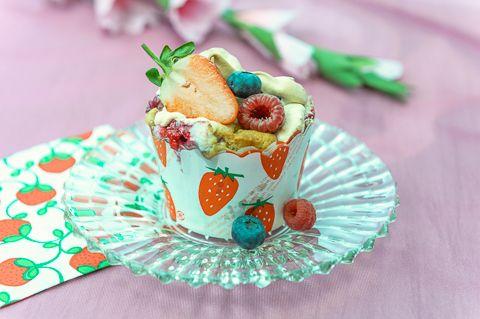 Sopivasti rapeapintaiset marja-marenkimuffinit ihastuttavat! Voit käyttää tuoreita tai pakastemarjoja:  Marja-marenki-muffinit