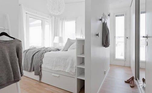 Pukeutumistila vai vaatehuone? Sängyn taakse pienellä väliseinällä piilotetusta pukeutumistilasta on tullut trendikäs ratkaisu.