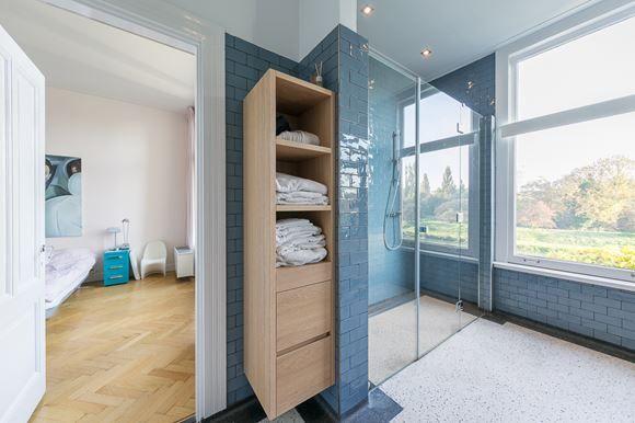 Inloopdouche Met Kolomkast : Kolomkast hout in de badkamer ruime inloopdouche betegeld tot