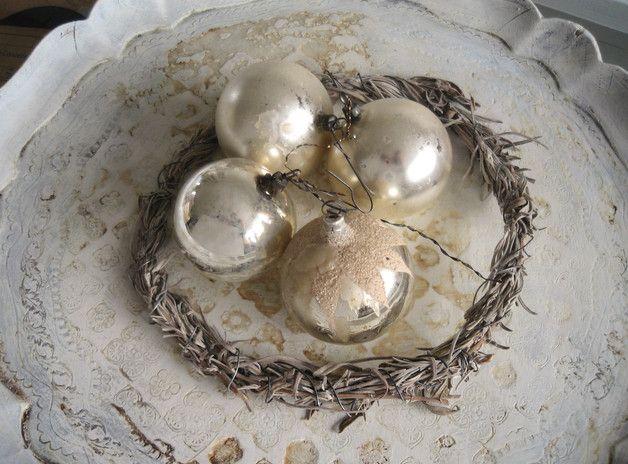 4 antike Christbaumkugeln aus Frankreich. Silberfarben mit wunderschöner Patina, angelaufen und teils mit Wachsresten, ein Shabbytraum. Zartes Glas, eines mit Schneedekor.