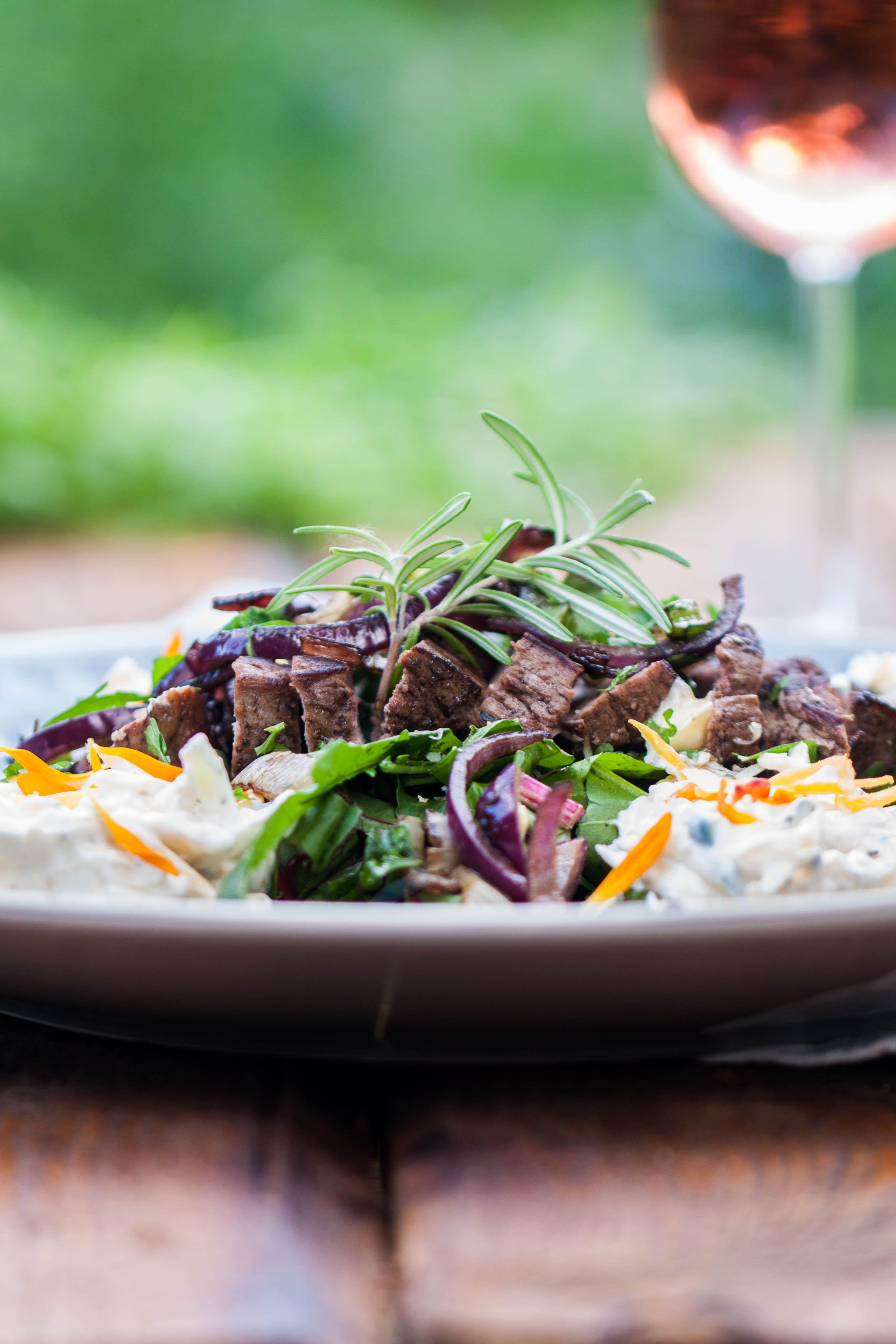 Steak an Mangoldsalat mit Möhrenquark