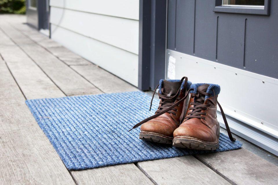 Ecco perché togliere le scarpe in casa può salvarci la vita