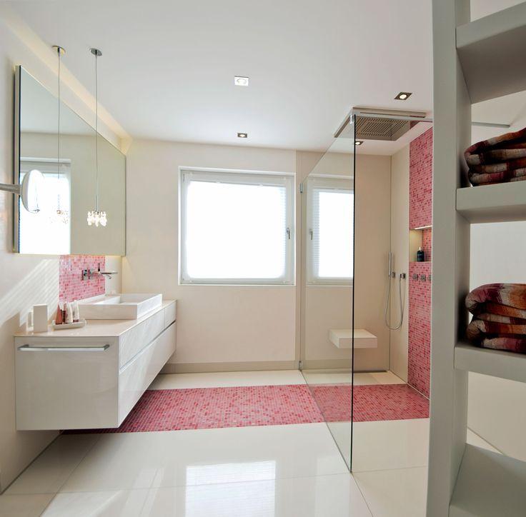 walk in dusche mit sitz und rosa mosaikstreifen fliesen. Black Bedroom Furniture Sets. Home Design Ideas