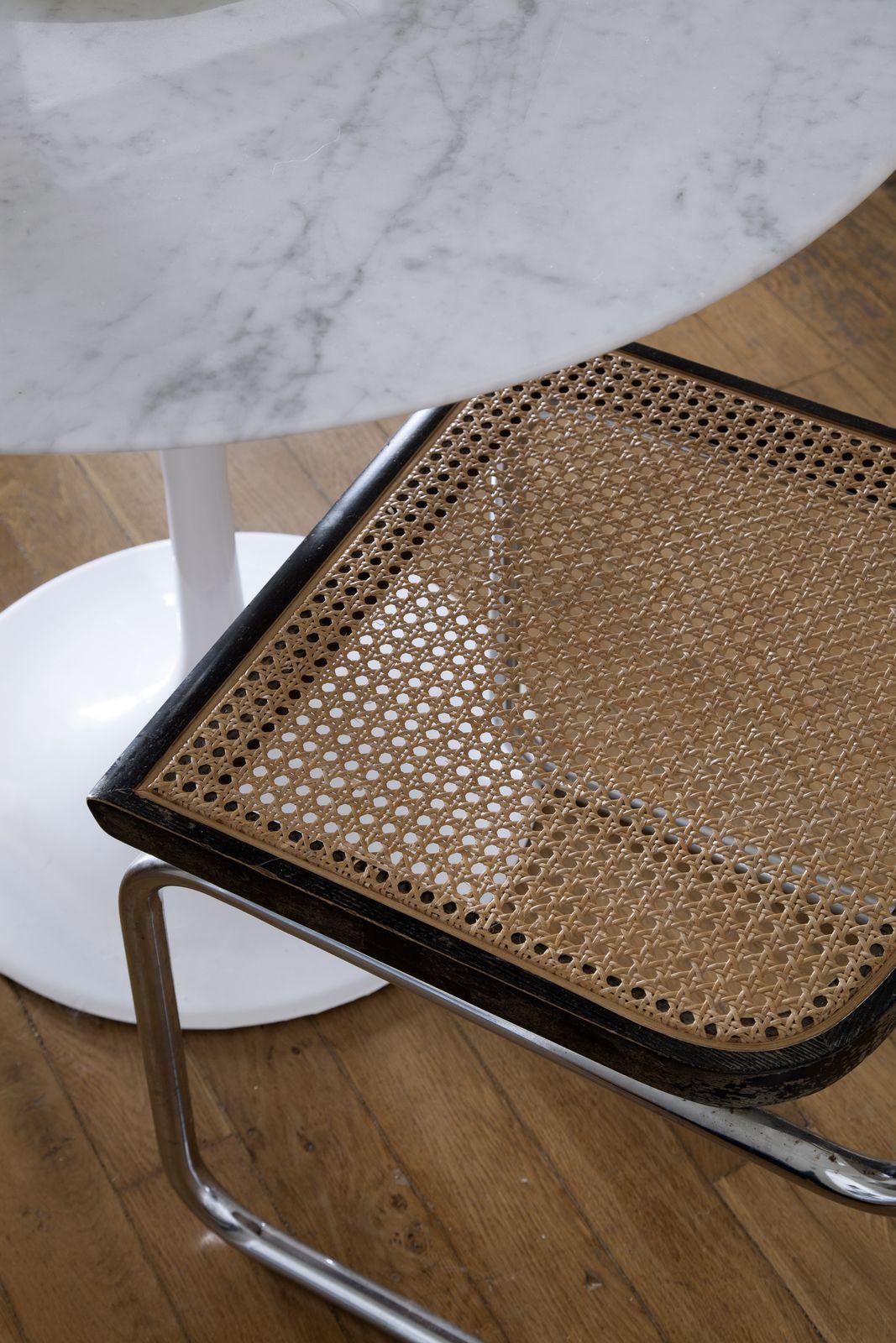 Classicool Deux Habitants Au Style Tres Different Dans 55 M A Montmartre Cannage Chaise Cannage Table Tulipe