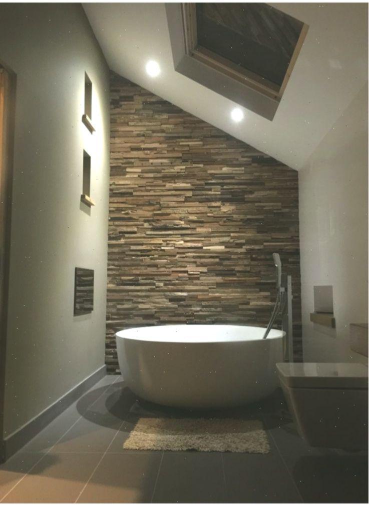Badezimmer Mit Freistender Badewanne Und Einer Xxl Wand Mit Naturstein Bricks Br Badezimmer Badezimmer Naturstein Badewanne