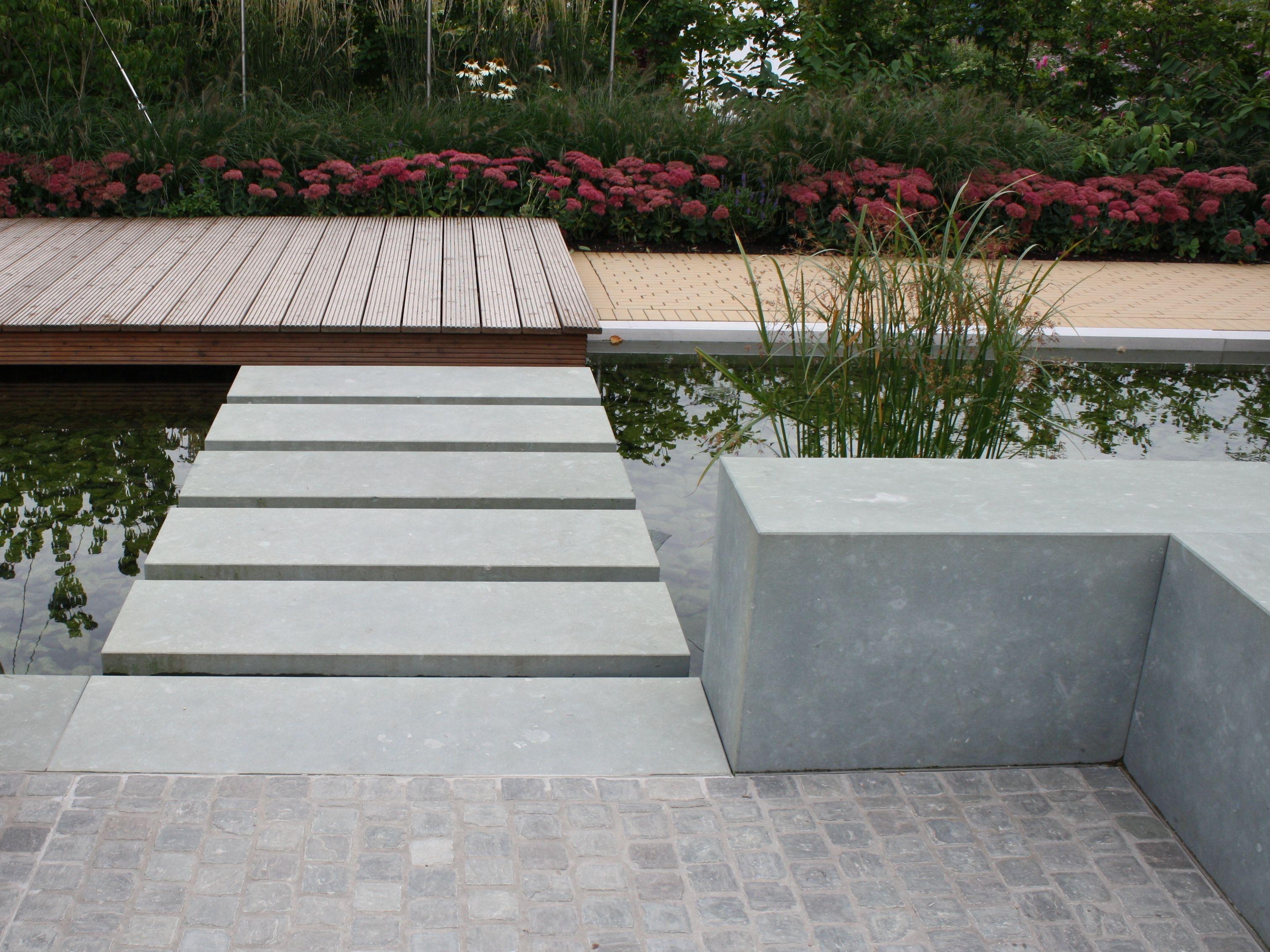 Naturstein Anrochter Kalksandstein Sitzquader Und Formatplatten Als Schwebender Trittplattenubergang Natursteine Garten Kalksandstein