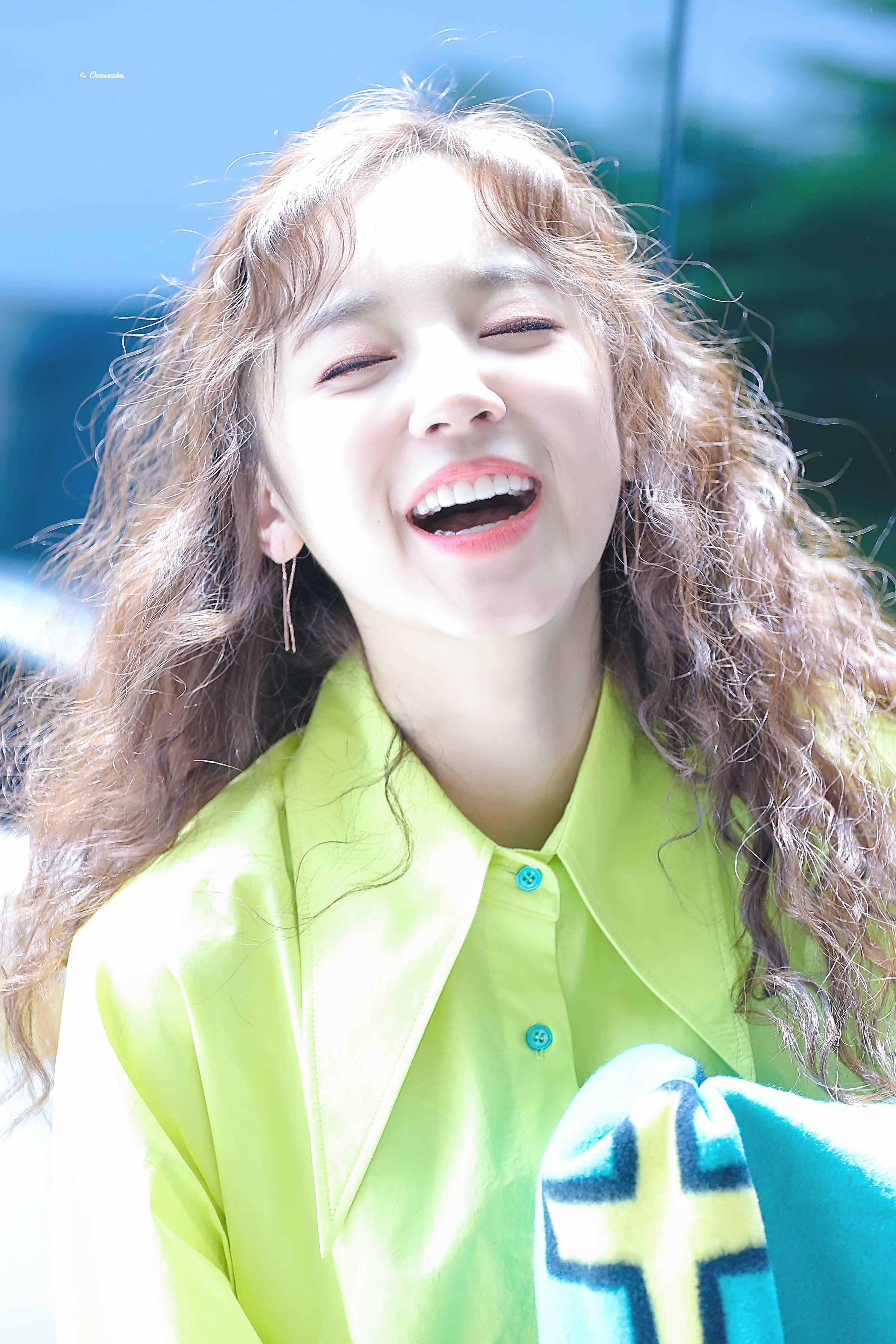 Weareoneidols Aweh She S So Beautiful N Happy Mid Laugh Yuqi Gidle Laugh Laughing Pose Kpop Girlgroup Gambar