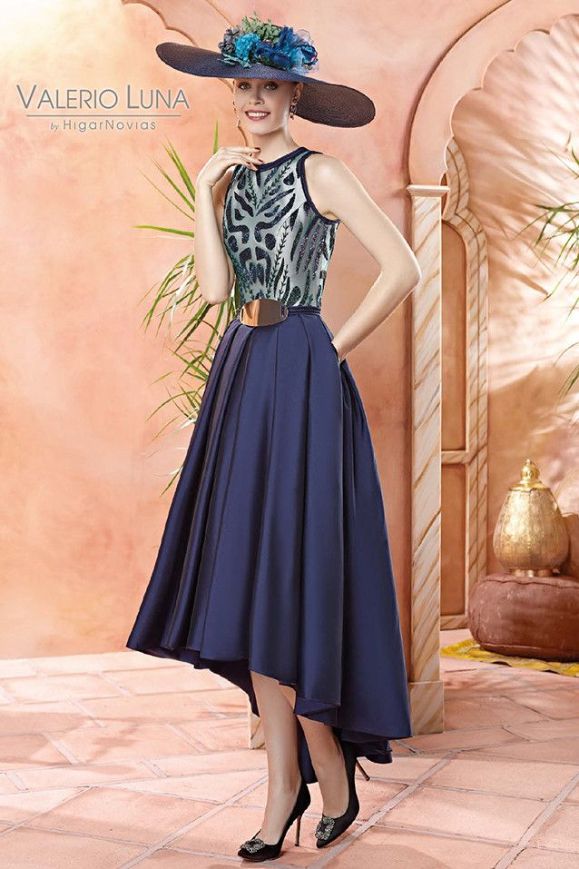 a31b5510cc5 Vestido tail hem con original cuerpo de pedreria y gazar. La falda de color azul  marino está realizada en tafetán, lleva cinturón a.