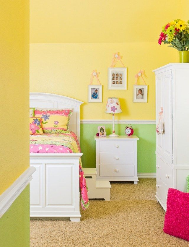 gr n und sonnengelbe w nde im kinderzimmer wei e m bel und wandbord ren allerlay babyzimmer. Black Bedroom Furniture Sets. Home Design Ideas