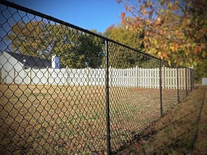 Chain Link Fences1 Jpg 700 523 Chain Link Fence Types Of Fences Dog Fence