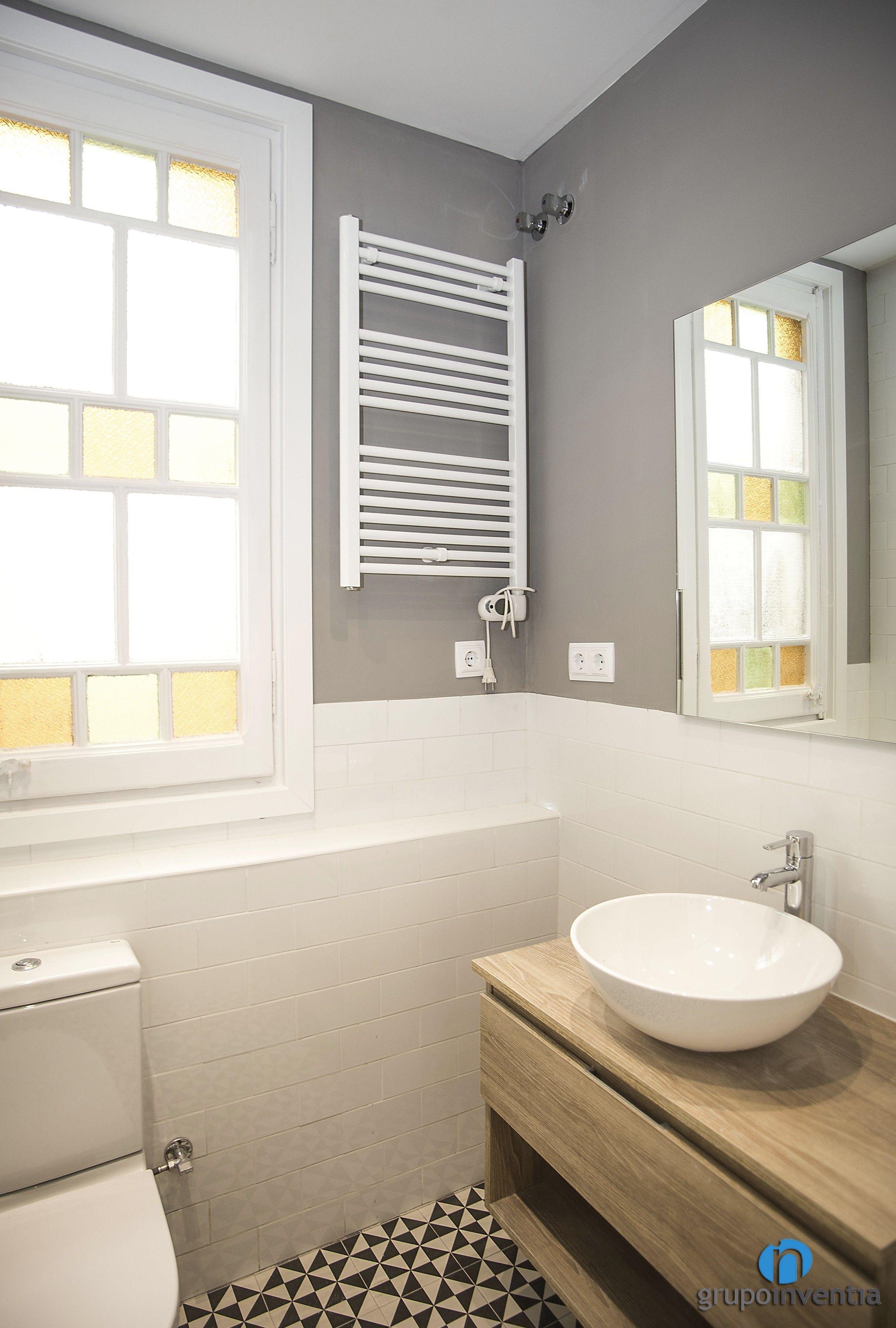 Cuarto de baño alicatado a media altura. #bathroom #toilet #BCN ...